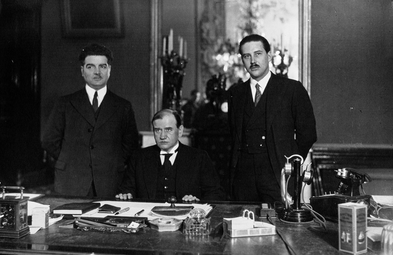 Guy La Chambre dans le bureau d'Edouard Daladier en 1933