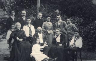 Une partie de la famille Ruella dans la propriété de Paramé à Saint-Malo en 1903.