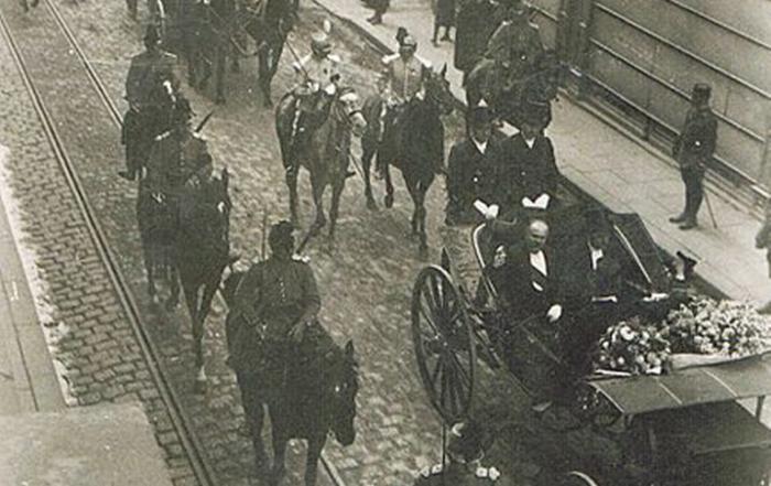 Raymond Poincaré passant rue Ville-Pépin en mai 1914, photographie de Louis Miniac